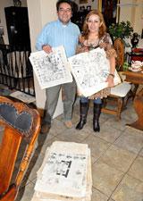 Ilustración 5: Dinorah y su hijo Manuel nos muestran algunas de sus reproducciones de páginas de códices que donó a las escuelas de Inglaterra
