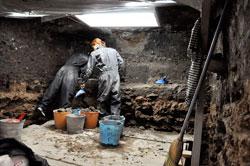Pic 2: Arqueólogas Aguirre y Chávez excavando en el recinto sagrado del Templo Mayor