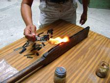 Fig. 11: Fabricación de un macuahuitl experimental por Marco A. de la Curz y Marco Cervera