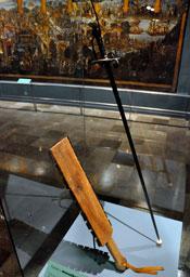 Fig. 16: Macuahuitl al lado de espada española, Museo del Templo Mayor