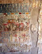Pic 13: Una de las plañideras profesionales realizando el ritual de duelo ante la momia. Relieve procedente de la tumba de Renni. Dinastía XVIII. El-Kab
