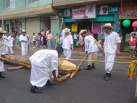 Pic 13: The 'arrastre' (dragging of the pole) through the streets