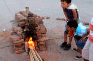 'El día de la quema, las piezas se llegan a 900º-950º C'