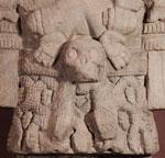 Fig 13:  Detalle del pectoral que porta la diosa Coatlicue, compuesto por manos, corazones y un cráneo, similar a las máscaras cráneo recuperadas en las ofrendas del Templo Mayor